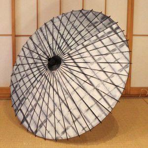 国産の自然素材のみで仕立てた桃色の和日傘です。