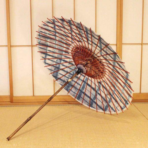 国産の自然素材のみで仕立てた板染め絞りの青色系の和日傘です。