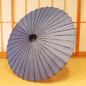 和紙、黒竹、木と原材料全てを天然素材で作り上げた和日傘です。