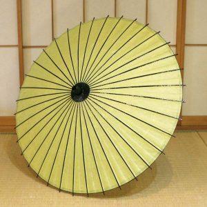 国産の自然素材のみで仕立てた若葉色の和日傘です
