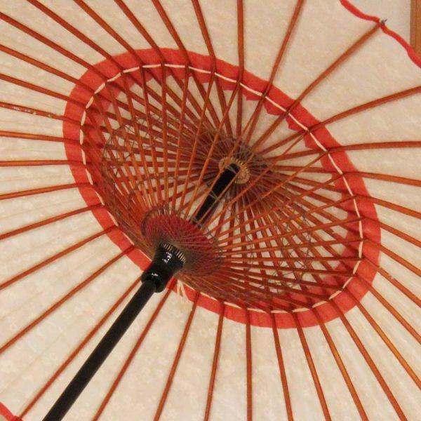 『京友禅 雪輪に季節の花』雪の結晶を文様化した雪輪は、豊年の印とされる雪は五穀豊穣に通じるおめでたい文様の和日傘です。 季節の花が前面にあしらわれていますので、和のディスプレイとしても四季を通してお愉しみいただけます。