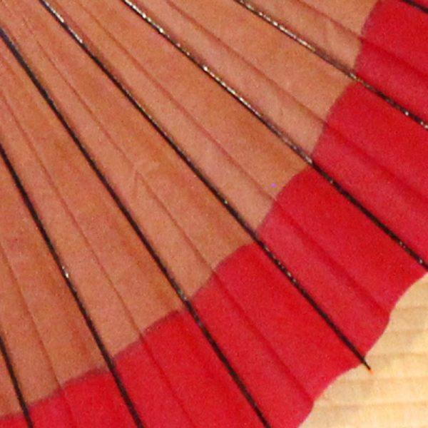 越中の手漉き和紙を使用した光悦茶と紅色の二色切り替えの蛇の目傘です。 色合わせにより表情が変わり、お召し物に合わせてお持ちいただきたい粋でモダンな和傘です。
