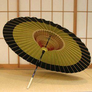 越中の手漉き和紙を使用した若草色に黒色の二色切り替えの蛇の目傘です。 色合わせにより表情が変わり、お召し物に合わせてお持ちいただきたい粋でモダンな和傘です。