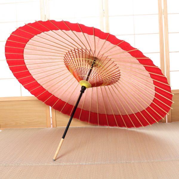 和紙と竹が主な原材料薄茶色と赤の色変わりの雨の日用の和傘です。