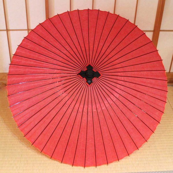 牡丹色の雨の日に使用できる日本の竹と和紙を原材料にした蛇の目傘です。