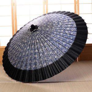 主に竹と和紙で作った雨の日の和傘です。