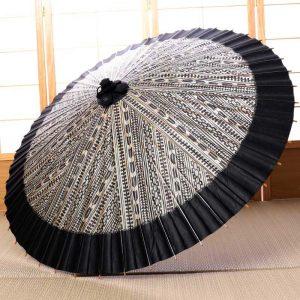 矢羽根もようにふちが黒色の雨の日の和傘です。