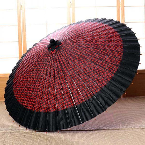 赤地の菱模様とふちの色が黒色の配色の雨の日用の和傘です。