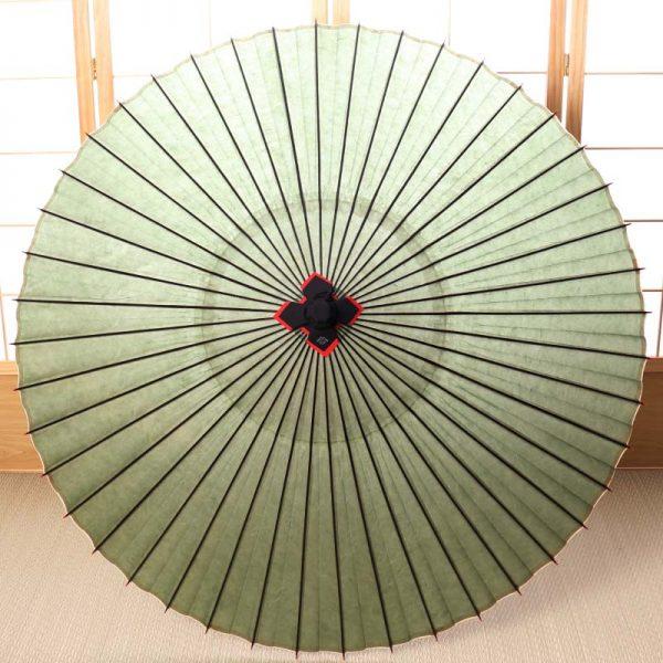 自然素材のみで仕立てた黄緑色の和傘