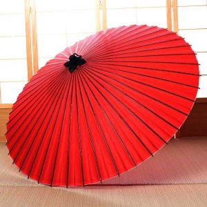 紅葉色の和傘(蛇の目傘)です。蛇の目傘は主に手すきの和紙と竹といった自然素材で製作しています。