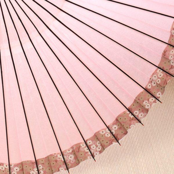 桃色の和傘に、こでまり模様が縁どられた可愛らしい印象の和傘です。