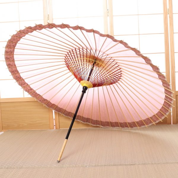 桃色の和傘です。こでまり模様が縁どられた可愛らしい印象の和傘です。
