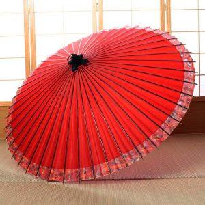 朱赤色の和傘です。ふちには紅葉の模様があります。