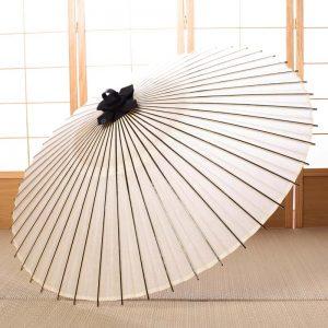 主な原材料を和紙と竹で製作した昔ながら丈夫でがっしりとしたの白の番傘です。