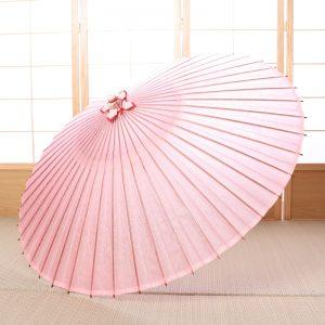 桜色の和傘です。入学や卒業シーンにぴったりの華やかで上品な印象が特徴の蛇の目傘です。雨の日に使用できます。