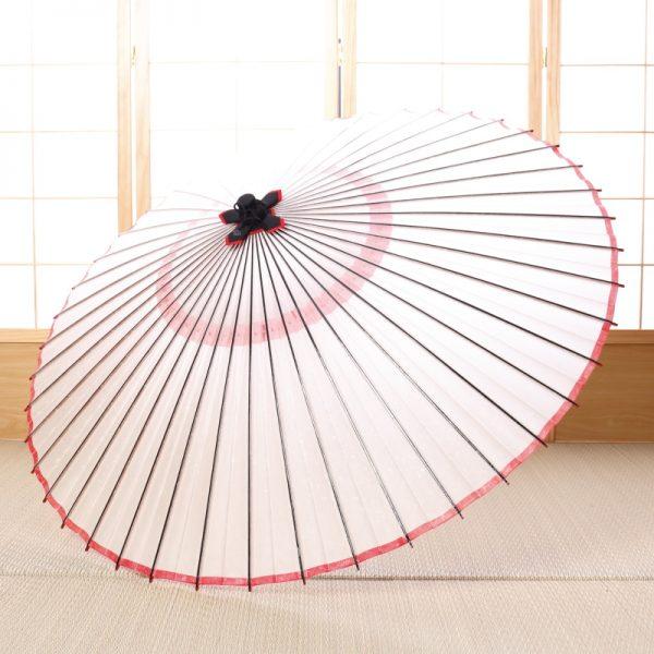 白に赤のラインが可愛らしい和傘です。