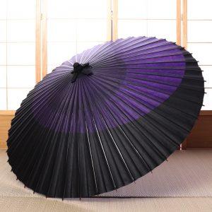 紫と黒の月奴もようの蛇の目傘です。