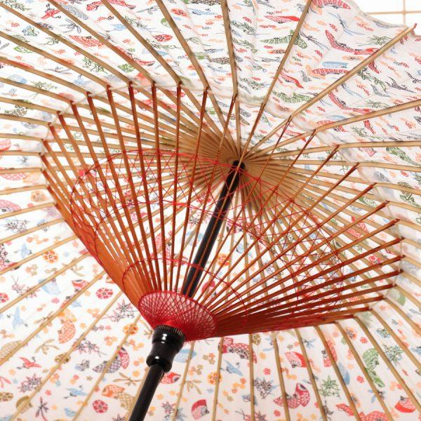 白地に扇もようの和傘です。