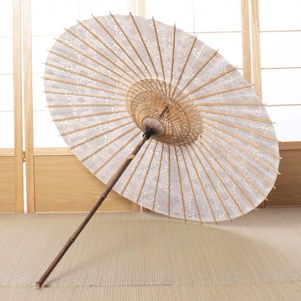 菊唐草もようの和紙と竹を主な原材料とした日傘です。