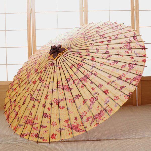 花や鳥が舞う全体模様の和傘