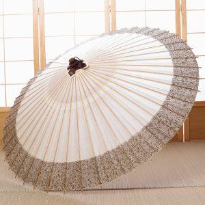 白地に松葉もようの和傘です。