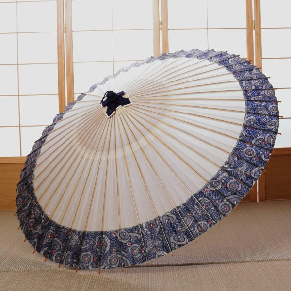 白地に傘もようの蛇の目傘です。