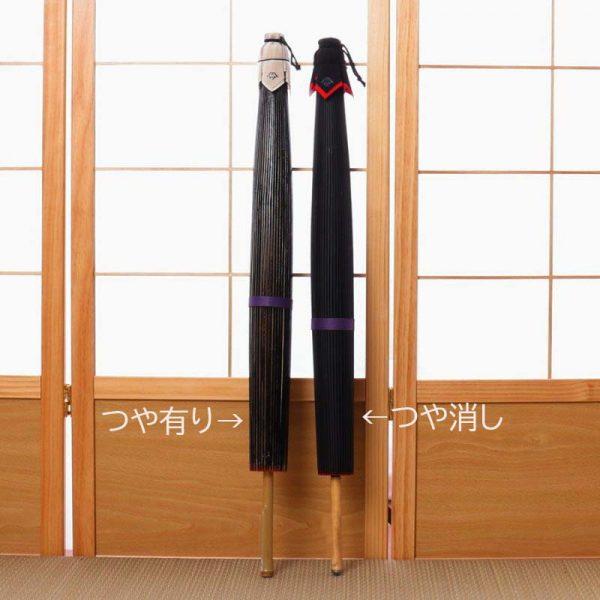 艶のある和傘と艶のない和傘の比較画像です。