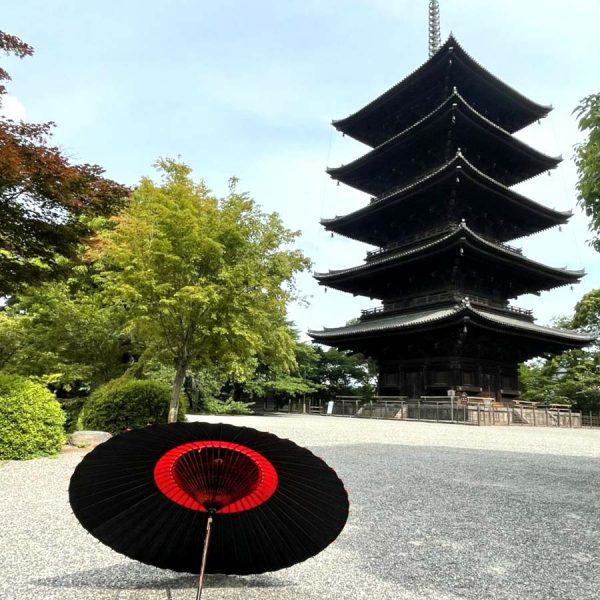 東寺の五重塔と和傘
