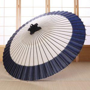 白地にふちが藍色の番傘