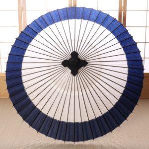 白地にふちが藍色の二色使いの番傘