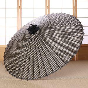 市松模様の白黒の番傘