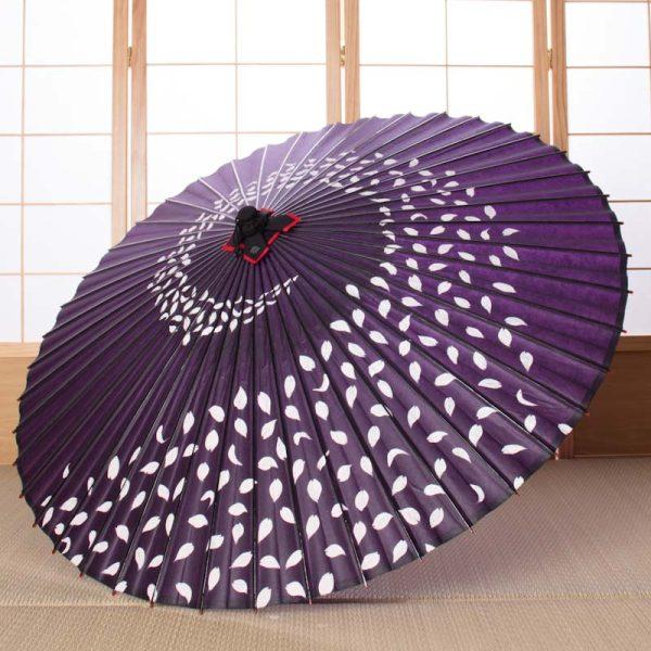 桜吹雪の紫の傘